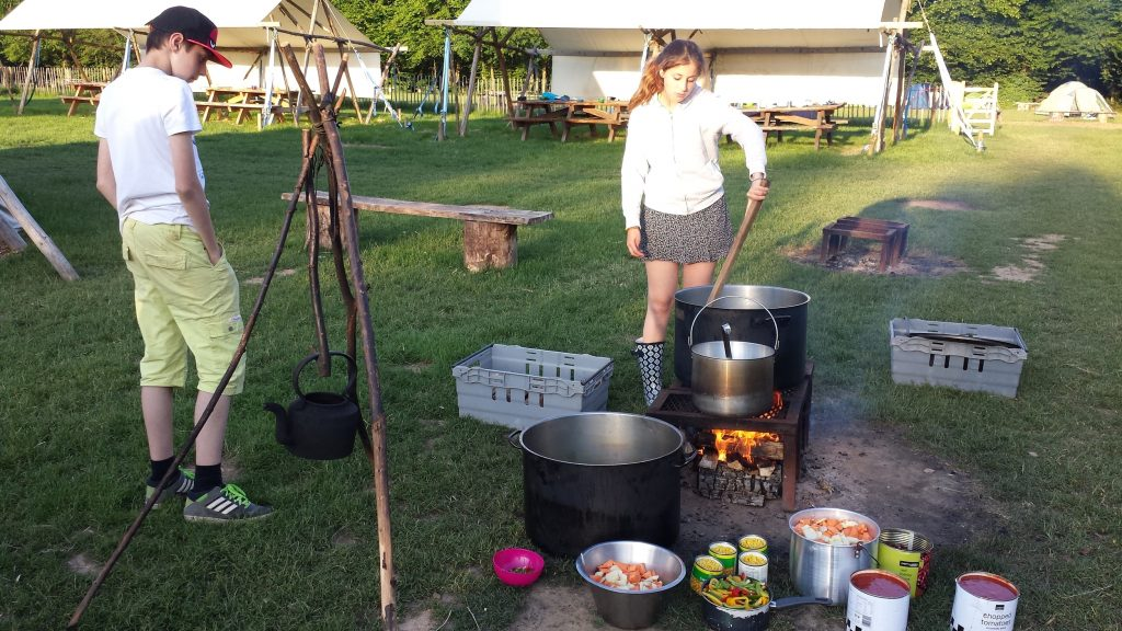 Preparing dinner for a big group on an open fire is a challenge. Here the students have prepared all the ingredients and are start to cook in the big pots.